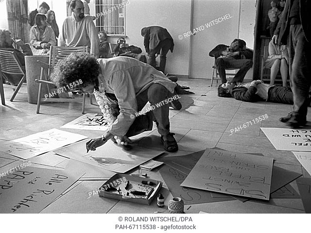 Rainer Langhans painst posters. After the end of the 22nd SDS conference on 09 September 1967, about 200 students had organised a peaceful sit-in in front of...