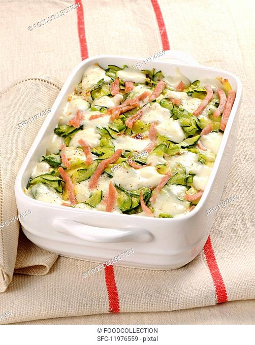 Pasta bake with courgettes, mozzarella and ham