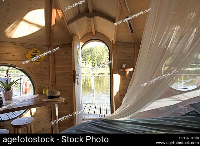Cabane flottante du Clos de la Loutre, Etang de Bornacq, Loye-sur-Arnon, departement du Cher, Province historique du Berry, region Centre-Val de Loire