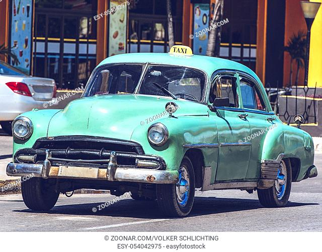 HDR Foto von einem amerikanischen historischen Auto in Havanna Kuba HDR Photo American Classic car on street in Havana Cuba
