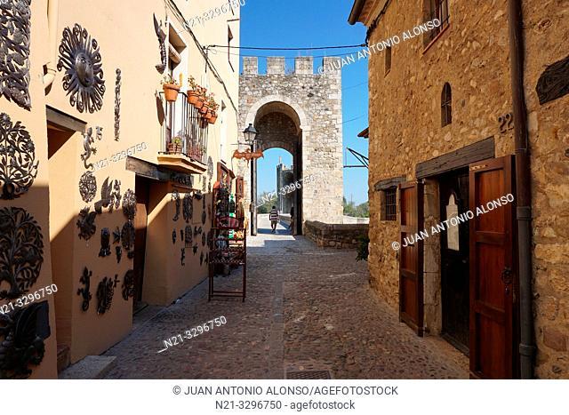 Street leading to the Old Brige -Pont Vell-. Medieval town of Besalú, La Garrotxa, Province of Girona, Catalonia, Spain, Europe