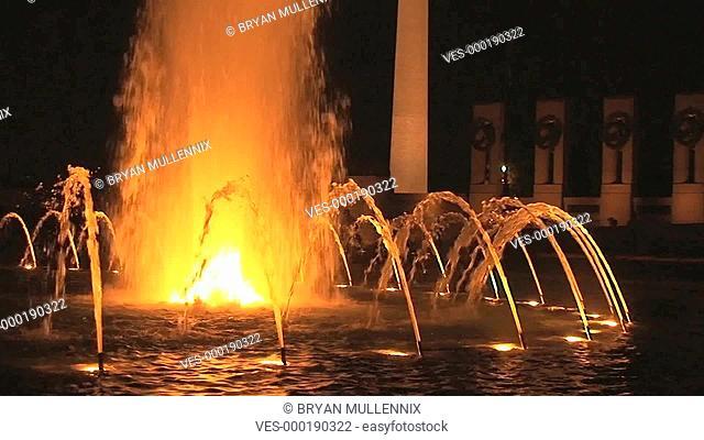 Beleuchteter Brunnen bei Nacht