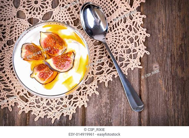 Yogurt with figs and honey