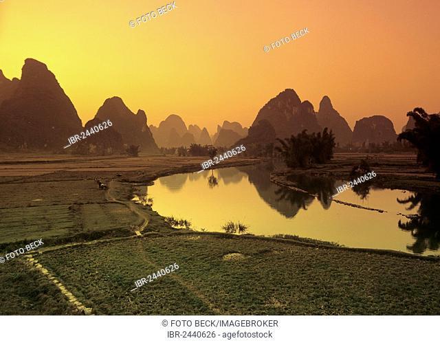 Karst mountain landscape along the Yulong River, Yangshuo, Li Jiang River, Guilin, Guangxi, China, Asia