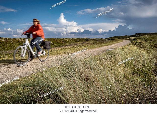DEUTSCHLAND, RANTUM/SYLT, 02.10.2016, Die ehemalige Inselbahntrasse ist heute ein wunderschöner Radweg, der von Nord nach Süd durch die Sylter Dünenlandschaft...