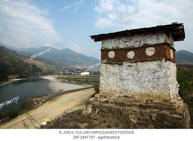 Buddhist chorten and the Punakha Dzong. Punakha, Bhutan
