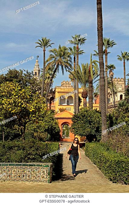 TOURIST IN THE GARDENS OF THE ALCAZAR, GOTHIC PALACE, PALACIO GOTICO, SEVILLE, ANDALUSIA, SPAIN