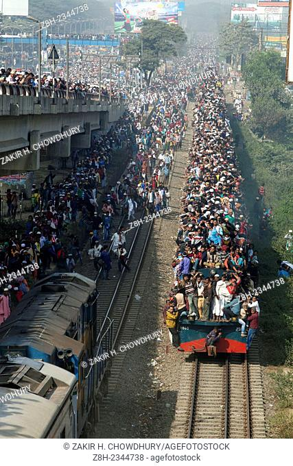 Bangladeshi Muslim devotees board trains after attending the Akheri Munajat concluding prayers on the third day of Biswa Ijtema