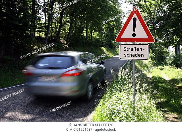 Ford Mondeo 2.5 Turnier, model year 2007-, silver, driving, diagonal from the back, rear view, verwischt, road damage, Road sign
