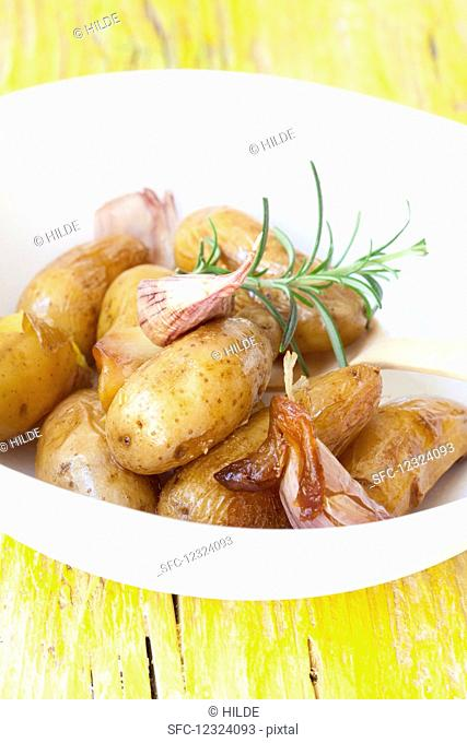 Potatoes boiled in their skins with garlic and rosemary