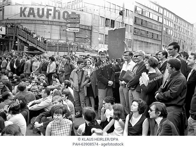 Policemen are drawn into - partly cheerful - conversations with demonstrating students on 29 May 1968. - München/Bayern/Germany