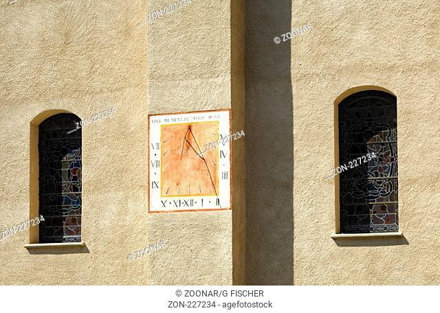Die Zeit fliegt, Sonnenuhr an der Dorfkirche, Vissoie, Wallis, Schweiz / The hour flies, Sun dial at the wall of the village church, Vissoie, Valais