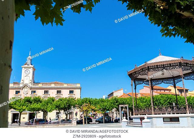 Town Hall and kiosk in Plaza de Cervantes. Alcalá de Henares. Madrid. Spain