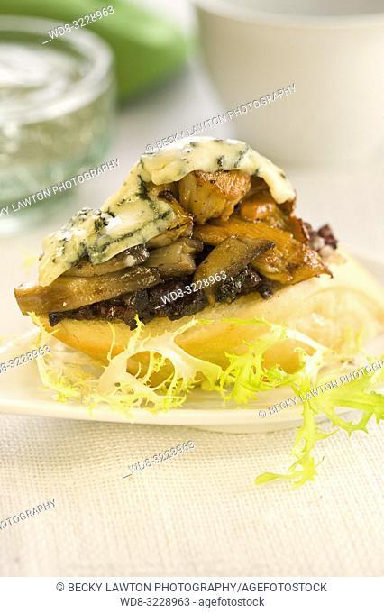 Montadito de morcilla, setas, queso roquefort, pasas y pinones