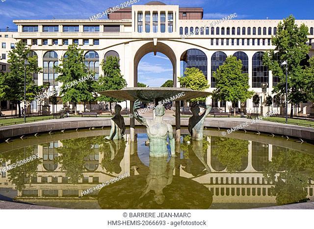 France, Herault, Montpellier, Antigone district, architect Ricardo Bofill, fountain, Thessalie square