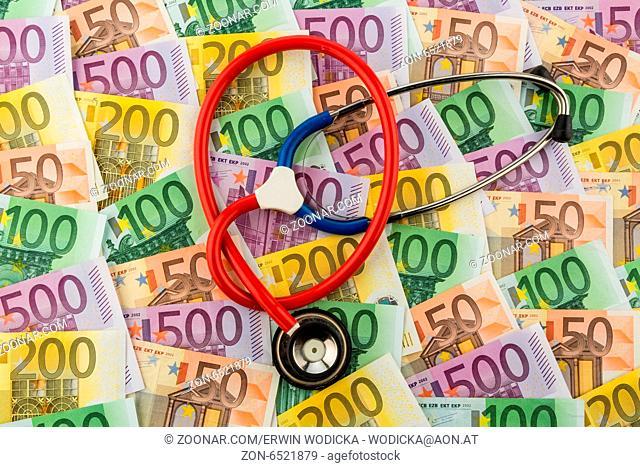 Stethoskop und Euro-Geldscheine. Symbolfoto für Kosten im Gesundheitswesen und für Krankenkassen und Medizin