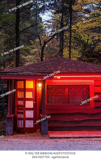 USA, New York, Adirondack Mountains, Lake Placid, red motel