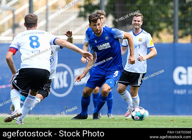 Lukas Froede (KSC) in a duels with Fanol Perdedaj (Saarbruecken, hidden). GES / Football / 2. Bundesliga: Test match KSC - 1