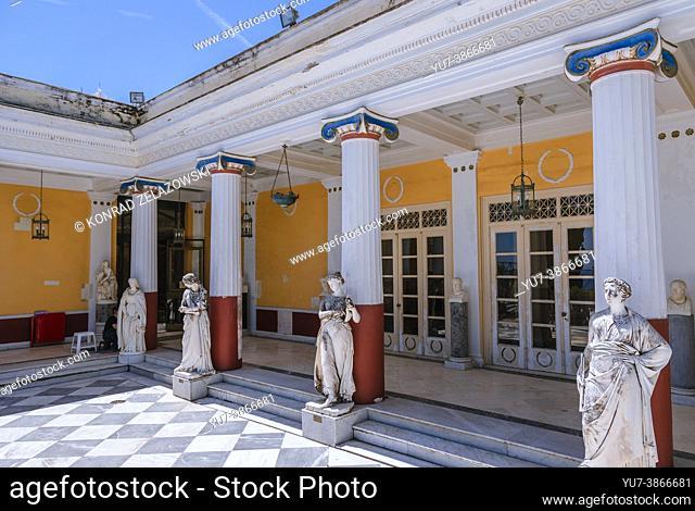 Terraza con esculturas de Musas en el palacio Achilleion construido en Gastouri en la isla de Corfú para la emperatriz Isabel de Austria - Sisi, Grecia