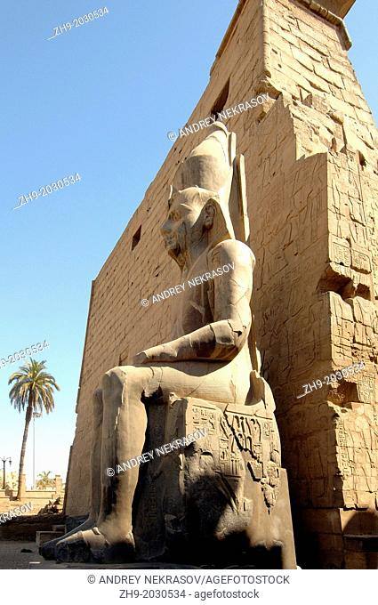 Statue Ramesses II, Luxor Temple Complex, Luxor (Thebes), Egypt, Africa.	1015