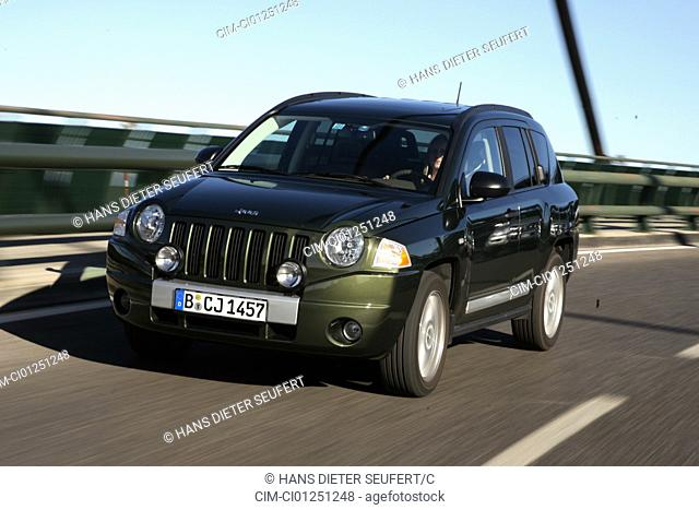 Jeep Compass 2.0 CRD Limited, model year 2007-, green, driving, diagonal from the front, frontal view, country road