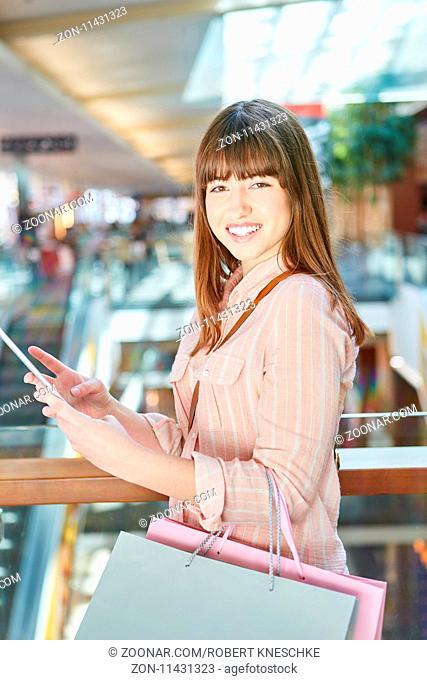 Teenager mit Tablet Computer benutzt eine Shopping App zum Preisvergleich