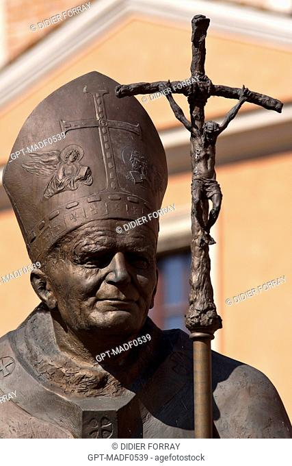 STATUE OF POPE JOHN PAUL II 1920-2005 IN THE COURTYARD OF WAWEL CASTLE IN FRONT OF THE KATEDRA NA WAWELU CATHEDRAL, WAWEL HILL, CRACOW, POLAND