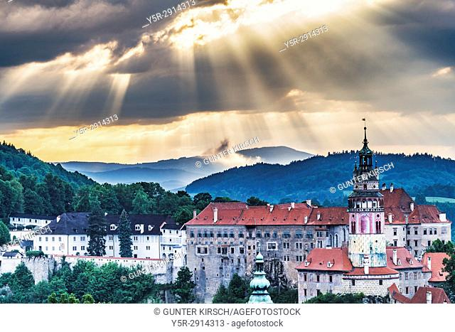 View of the old town of Chesky Krumlov and the Castle Chesky Krumlov in the evening, Bohemia, Jihocesky Kraj, Czech Republic, Europe