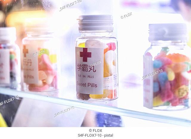 China, Shanghai, Pillendosen mit Süßigkeiten