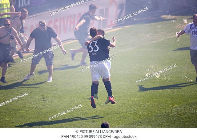 20 April 2019, Lower Saxony, Osnabrück: Soccer: 3rd league, VfL Osnabrück - VfR Aalen, 34th matchday in the stadium at the Bremer Brücke