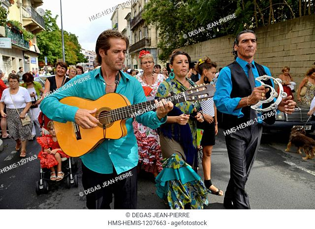France, Herault, Beziers, annual feria in the streets of the city, parade of the procession up to the cathedral Saint Nazaire during Romeria