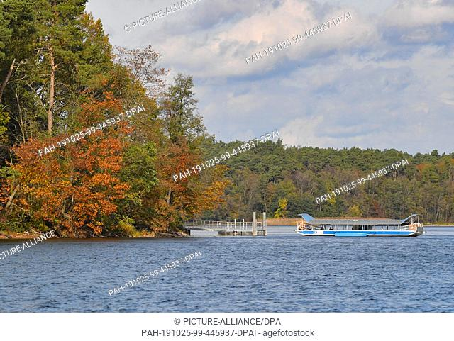 25 October 2019, Brandenburg, Strausberg: The ferry crosses the Straussee in the direction of the west bank. Since the summer of last year