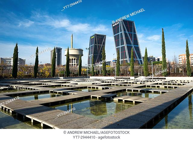 Parque cuarto depósito with Kio towers. Madrid, Spain