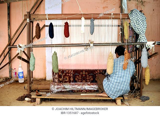 Indian carpet weaver at a loom, carpet weaving, Jaipur, Rajasthan, North India, India, South Asia, Asia