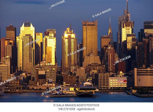 SKYLINE MIDTOWN HUDSON RIVER MANHATTAN NEW YORK CITY USA