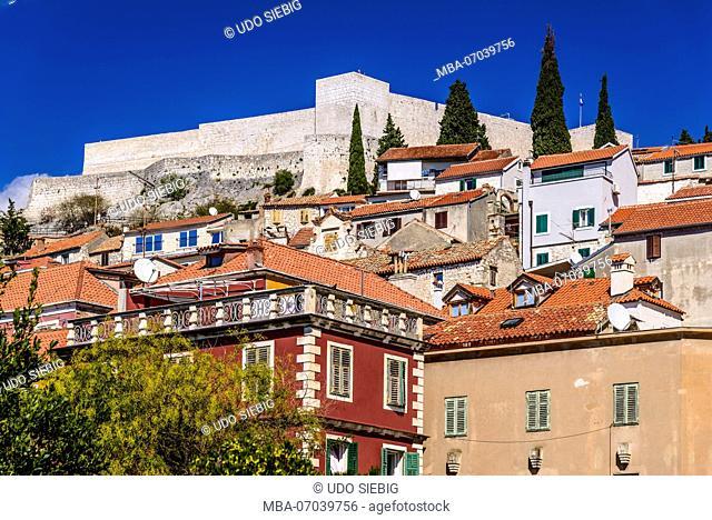 Croatia, Dalmatia, Sibenik, old town with Mihovil Sveti fortress