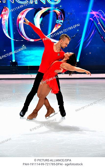 13 November 2019, North Rhine-Westphalia, Cologne: Eric Stehfest and Amani Fancy pose on the ice at a press event for the SAT