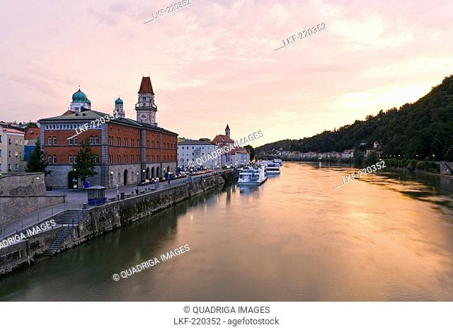 View from the Luitpold bridge towards the Fritz Schaeffer promenade and the old town of Passau with the town hall, Passau, Bavaria, Germany