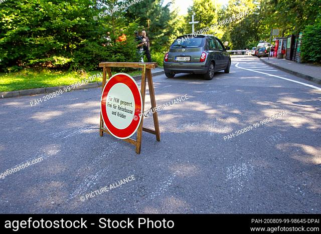 """06 August 2020, Saxony, Lohmen: A vehicle from Belgium enters the full parking lot at the Bastei near Lohmen. Even though a sign saying """"""""Closed for cars"""