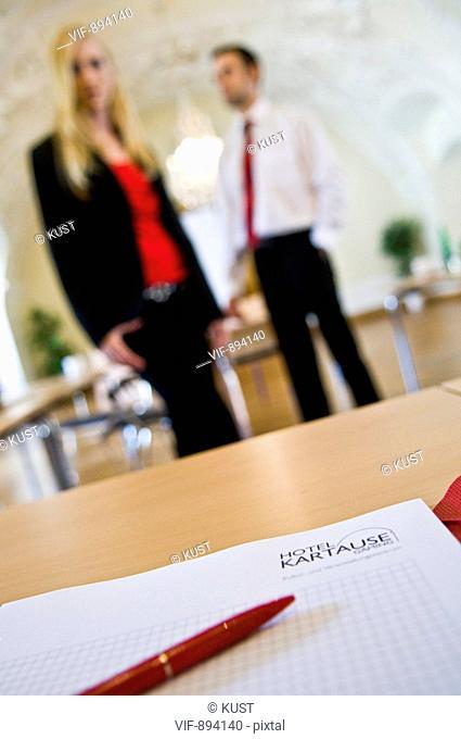 Notizblock, Bueromaterial, Tagung, Meeting, Zettel, Kugelschreiber, Stift, Schreibblock, Papier, Mann, Frau, Modell, Seminarunterlagen, Tagung, Business