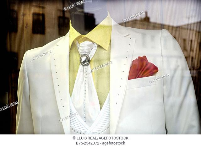 Close-up of a anonymous mannequin bust of a man dressed in a white suit and red handkerchief in the pocket, in a trendy store in East End, London, England, UK