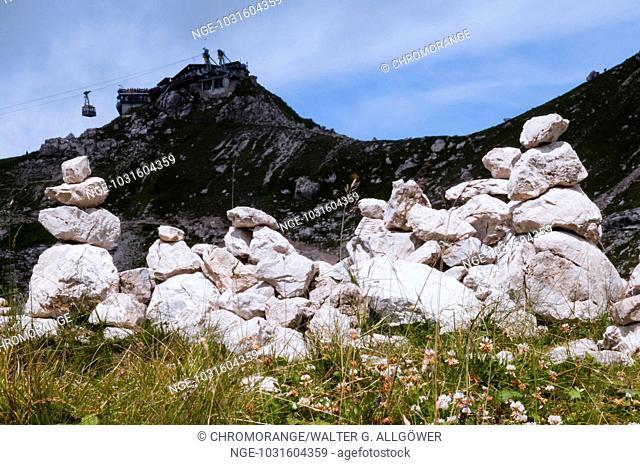 Steinmännchen, dahinter Gipfelstation der Nebelhornbahn, Nebelhorn, 2224m, Allgäuer Alpen, Allgäu, Bayern, Deutschland, Europa