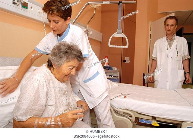 ELDERLY HOSP. PATIENT WITH NURSE<BR>Photo essay from hospital. Patient and nurse.<BR>Photo essay at Antony private Hospital, France (92)