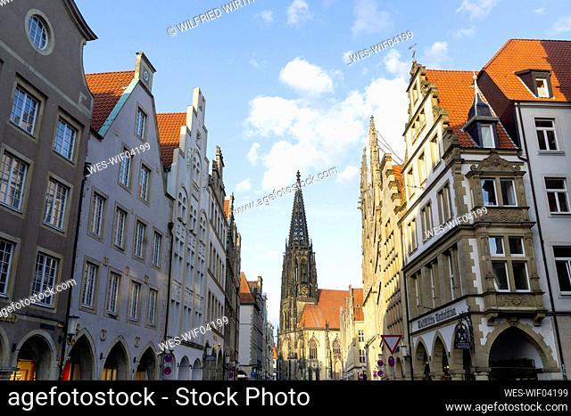 Germany, North Rhine-Westphalia, Munster, Tower of Saint¶ÿLamberts Church between rows of residential buildings at Prinzipalmarkt square