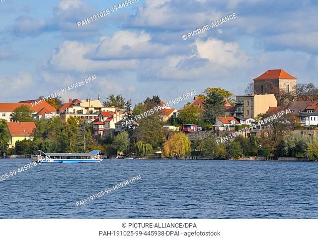 25 October 2019, Brandenburg, Strausberg: The ferry crosses the Straussee towards the east bank. Since the summer of last year
