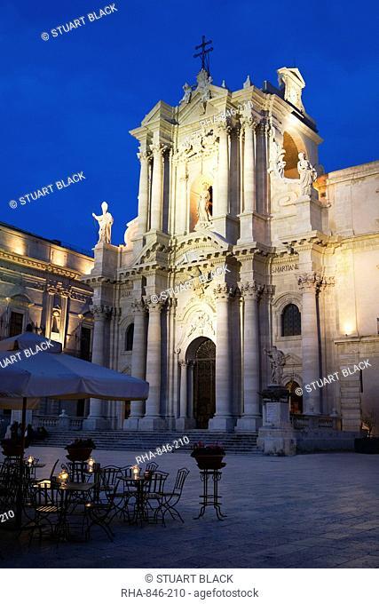 The Duomo at dusk, Piazza Del Duomo, Siracusa, Sicily, Italy, Europe