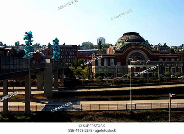 USA, WASHINGTON STATE, TACOMA, MUSEUM OF GLASS, CHIHULY BRIDGE OF GLASS, TACOMA COURT HOUSE IN BACKGROUND