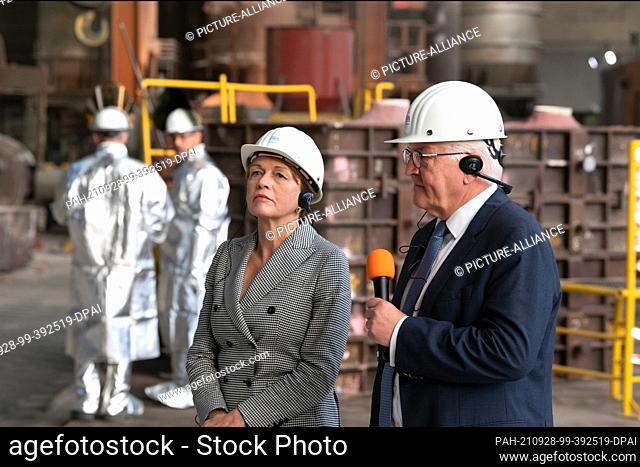 28 September 2021, North Rhine-Westphalia, Mülheim an der Ruhr: Federal President Frank-Walter Steinmeier and his wife Elke Büdenbender watch as a crane hook is...