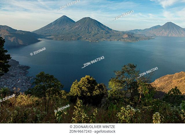 Blick auf den Atitlán-See und die umgebenden Vulkane (Guatemala) / View to Lake Atitlán and the surrounding volcanoes (Guatemala)