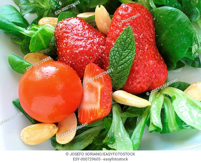 Salad with strawberries and almonds